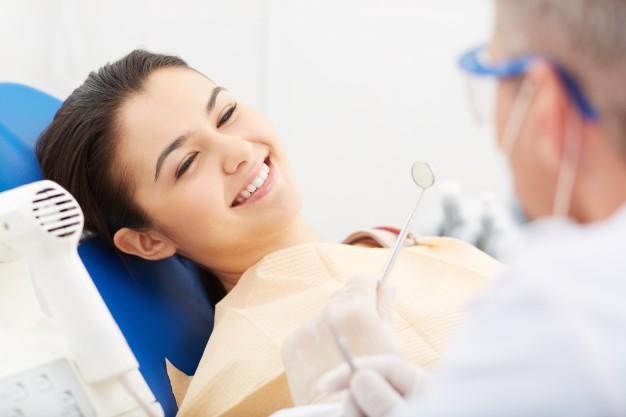 mujer-joven-recibiendo-el-chequeo-dental