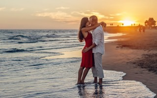 beach-couple-dawn-285938