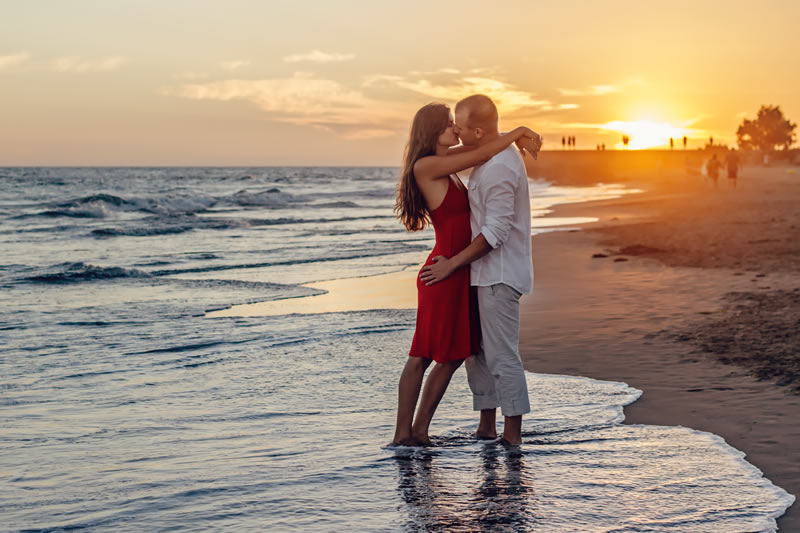 beach-couple-dawn-285938