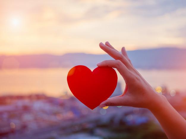 mano-sosteniendo-corazon